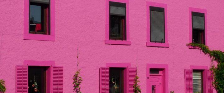 façade de maison qui est rose